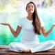 Frau meditiert am See - Meditationslehrerausbildung in der Atropa Akademie Augsburg