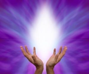 Hände strecken sich zum weißen Licht - Reiki