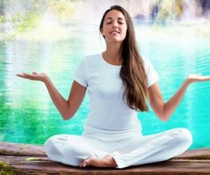 Frau meditiert am Wasser - Meditationslehrer-Ausbildung in der Atropa Akademie Augsburg