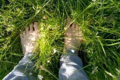 Füße im Gras - Naturheilkunde nach Sebastian Kneipp